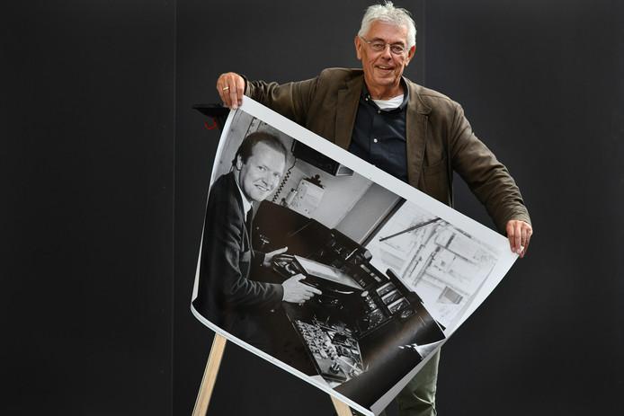 Culemborger Arnold Verschoor met een van de driehonderd foto's uit de Culemborgse Courant: een Culemborgse treinmachinist.