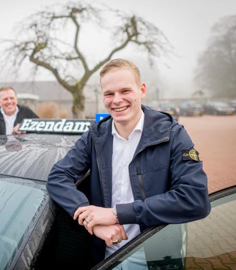 Milan (18) uit Beckum is de jongste rijinstructeur ooit: 'Leeftijd is geen enkel probleem'