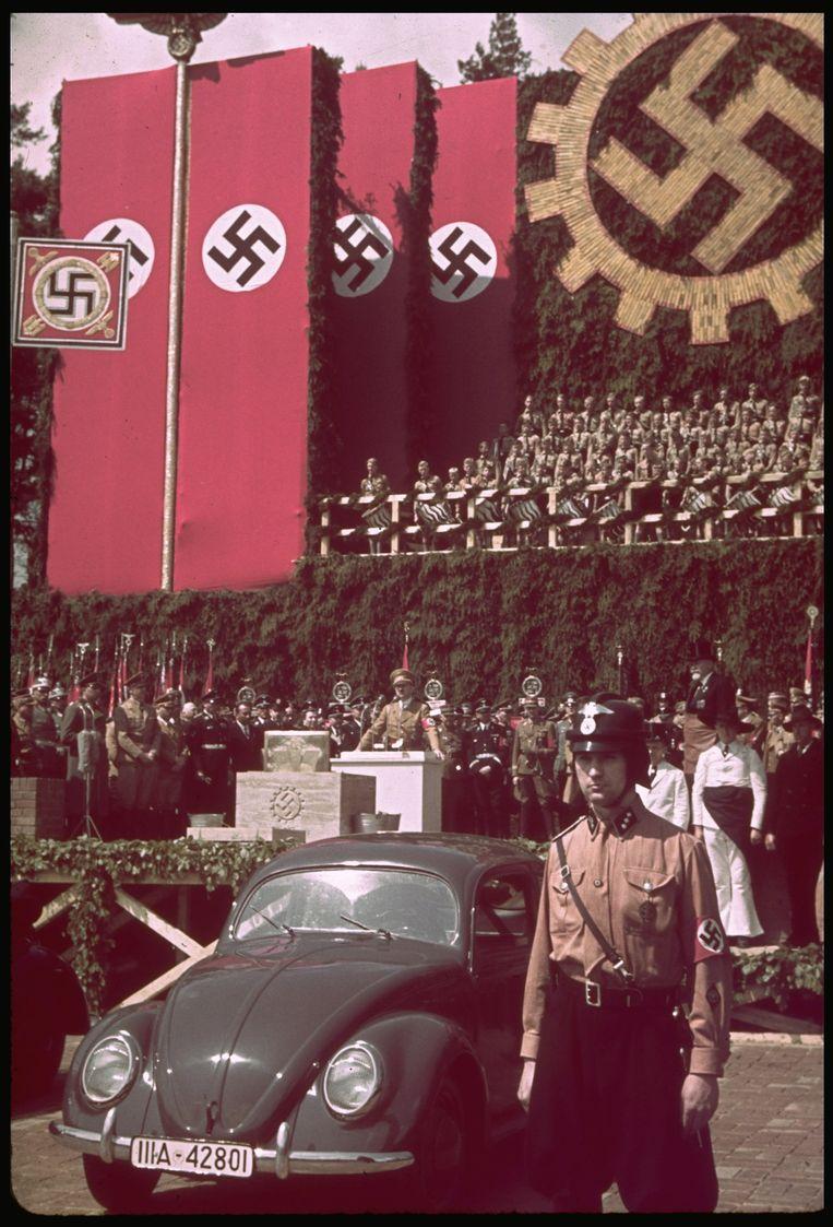 Hitler spreekt tijdens de ceremonie van de eerstesteenlegging bij de Volkswagenfabriek in Fallersleben. Beeld The LIFE Picture Collection/Gett