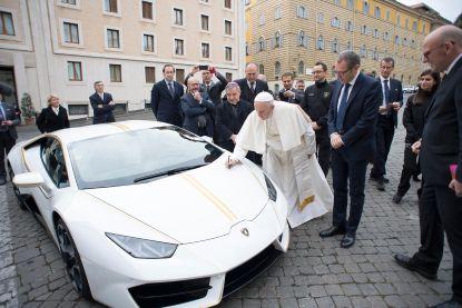 Lamborghini van paus geveild voor 900.000 euro, opbrengst gaat integraal naar goede doelen