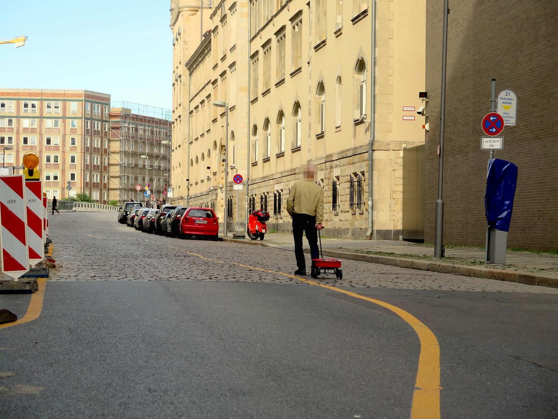 De Duitse Kunstenaar Simon Weckert fopte de navigatie van Google door een handkar vol te laden met 99 smartphones en daarmee door Berlijn te slenteren. In Google Maps kleurden de straten waar hij liep rood: file. Beeld Simon Weckert