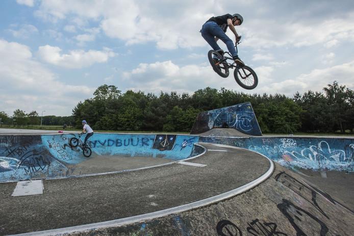 De skatebaan in het Reeshofpark wordt binnenkort opgeknapt. In het zwarte shirt is skater Mika Sebes, in het witte shirt Jules de Boer.