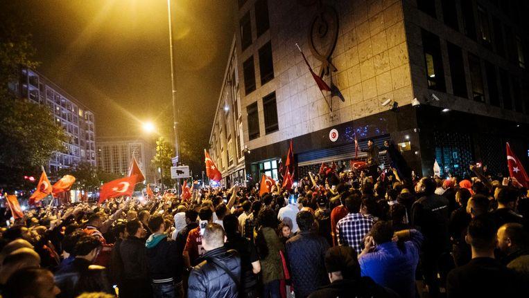 Nederlandse Turken verzamelen zich bij het Turkse consulaat in Rotterdam, als in Turkije een poging wordt gedaan tot een coup. Beeld anp
