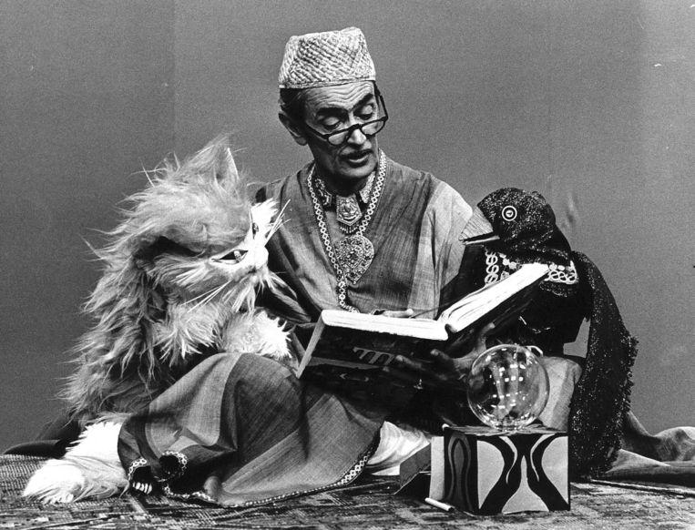 Indra Kamadjojo als verteller in het programma Tobias de Tovenaar in 1972. Beeld Hollandse Hoogte /  ANP