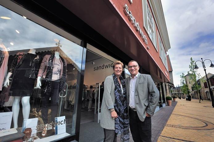Leon Videler en Miranda van Alphen voor de modewinkel van Sandwich op Rosada. 'Deze plek doet mij denken aan Eurodisney'. Foto Peter van Trijen/pix4profs