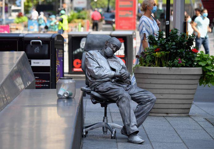 Ook de levende standbeelden op Times Square hebben zich aan de situatie aangepast.