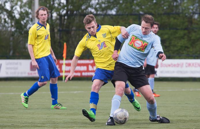 Mitch van den Berg (links), hier te zien in een eerder duel, scoorde vandaag de 1-3 voor VRC. Archieffoto Herman Stöver