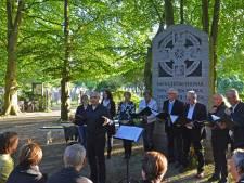 Moderne Devoten praten over armoede in de open lucht, bij gedenksteen Thomas a Kempis op Bergklooster.