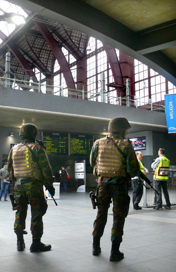 Veel militairen op de perrons in Centraal Station Antwerpen
