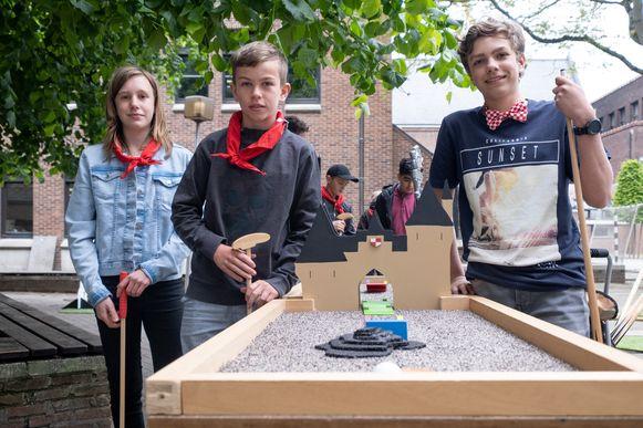 Leerlingen eerste graad TSM Mechelen bouwen minigolfpark op hun speelplaats