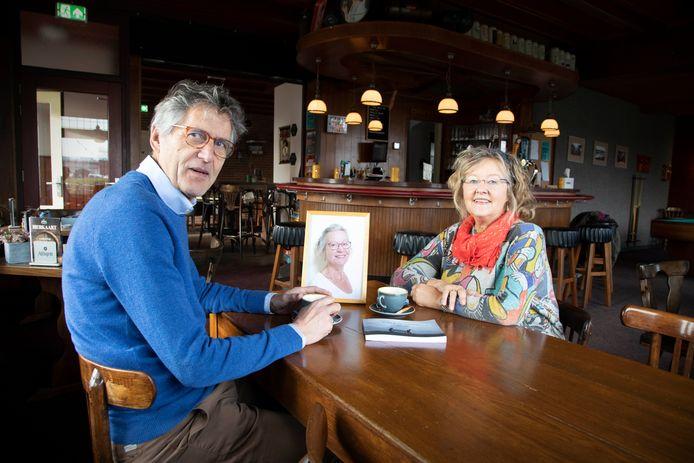 Ton Serrarens en Lucie Gosselink in café De Zon in Lent, aan de stamtafel waar de meesten columns van Anna & Gé Schmidt ontstonden. Op het portret staat Hanne Hakvoort, de inmiddels overleden co-auteur.