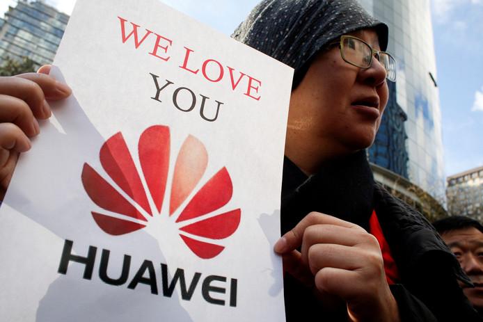 De Chinese Lisa Duan steunt Huawei cfo Meng Wanzhou.