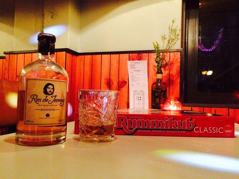 Zondag bij de TonTon Club: Rum & Rummikub. Warme choco mag er ook bij. Beeld De TonTon Club