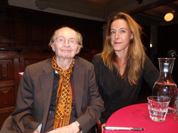 Mirjam van Hengel (r) met Remco Campert