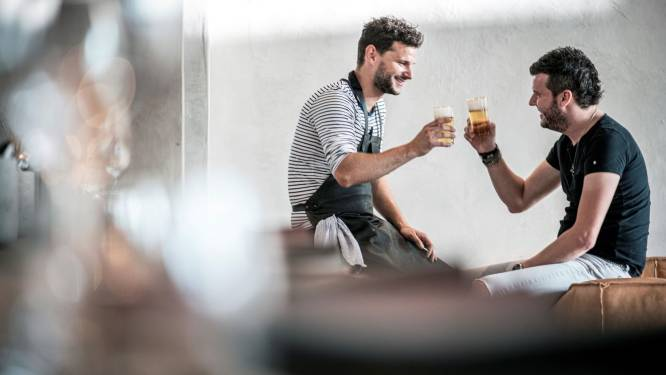 """Bossuwé verdeelt driesterrenmenu van Hertog Jan: """"Topreclame, mensen leren ook onze frituur kennen"""""""