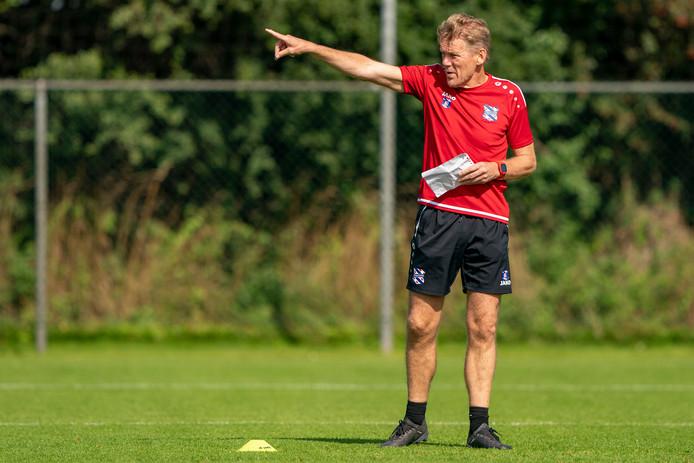 Michel Jansen wijst de spelers van Heerenveen de weg op het trainingsveld.