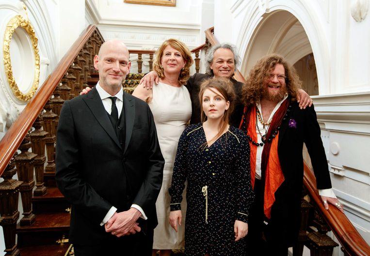 Winnaar Alfred Birney (midden achter) tussen de andere genomineerden. Beeld EPA