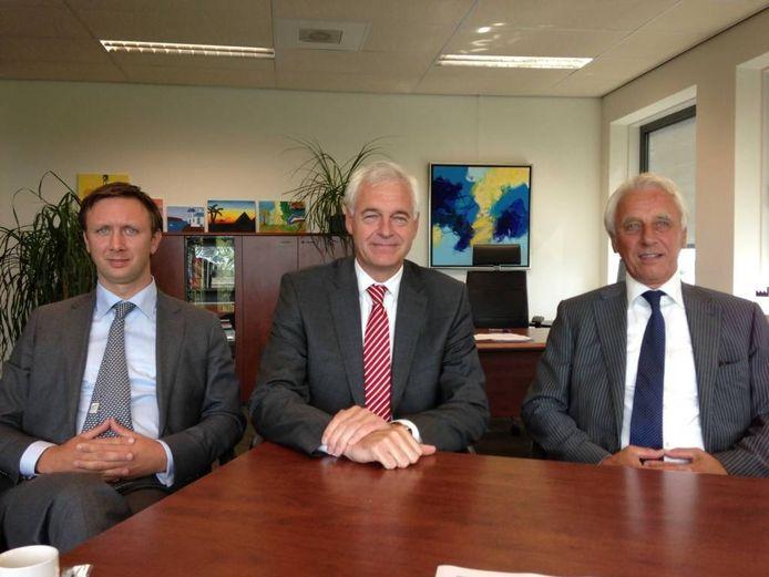 Jonas Wintermans (l) en zijn vader Ad Wintermans met tussen hen in topman Marc Hendrikse van NTS Groep.