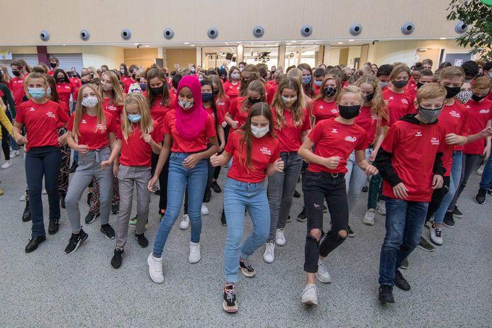 Leerlingen van het Pontes Goese Lyceum in Goes deden vrijdag de Jerusalema Challenge in de aula van hun school.