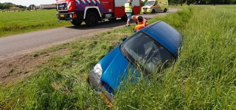 Man gewond nadat hij met auto in de sloot in Budel komt