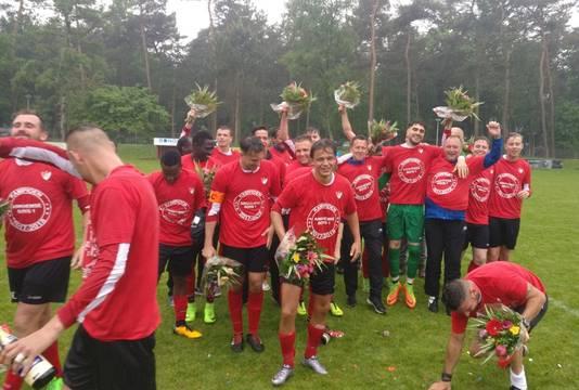 Spelers van Arnhemse Boys vieren het kampioenschap in de vierde klasse F.
