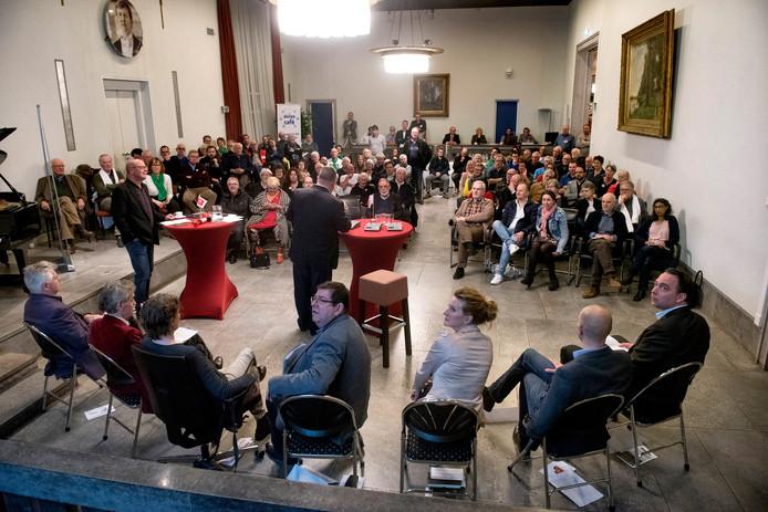 De kopstukken van de politiek van Renkum bezinnen zich op stellingen over zorg, armoede en Deltavliegen in de raadzaal van Oosterbeek.