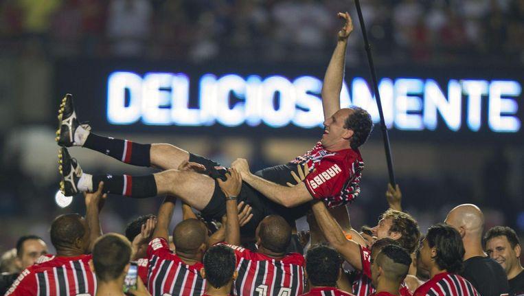 Goalkeeper Rogerio Ceni wordt op handen gedragen door zijn teamgenoten Beeld anp