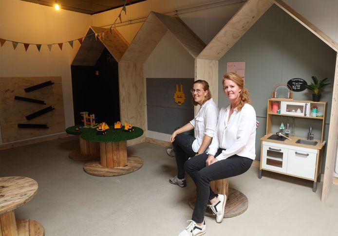 Linda de Vos (links) en Natasja Rijk in de speelkamer van  't Voss&Rijck. Het pannenkoekenrestaurant met café gaat op 9 oktober open.