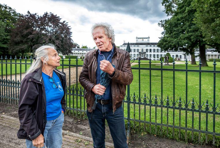 Connie Brood (links) voor Paleis Soestdijk: 'Baarn is geen Amsterdam, het is een groot dorp in prachtige natuur.'  Rechts Kees Koudstaal.  Beeld Raymond Rutting / de Volkskrant