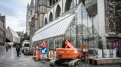 Terrasje doen in serre tegen Sint-Niklaaskerk