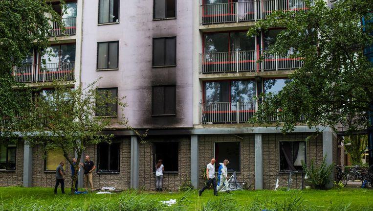 Bij een brand in Diemen is een dode gevallen en een ander raakte zwaar gewond. Overdag kwamen andere bezoekers zo nu en dan spullen halen en werd er onderzoek verricht. Beeld Maarten Brante