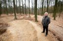 Walter de Wit, van 1980 tot 2005 beheerder van nationaal park Veluwezoom op de nieuwe , door hem verafschuwde mountainbikeroute.