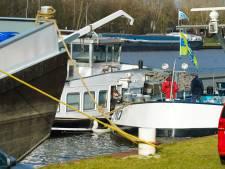 Brandweer pompt schip leeg dat dreigt te zinken in Nieuwegein