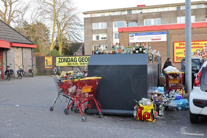 De overvolle glasbakken bij de Nettorama in Waalwijk.