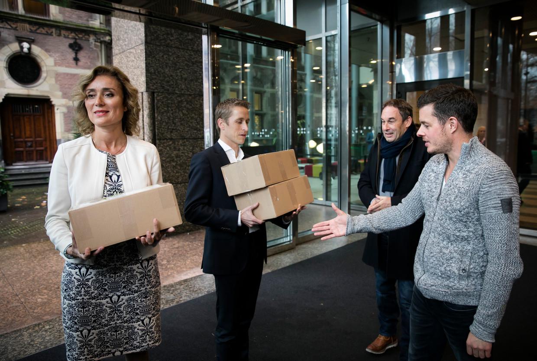 Vera Bergkamp (D66), Michiel van Nispen (SP), Frans van Laarhoven (broer van Johan) en Filemon Wesselink in november 2016 tijdens het aanbieden van een petitie met ruim 23.000 handtekeningen om druk op te voeren om Johan van Laarhoven naar Nederland te halen.  Beeld ANP