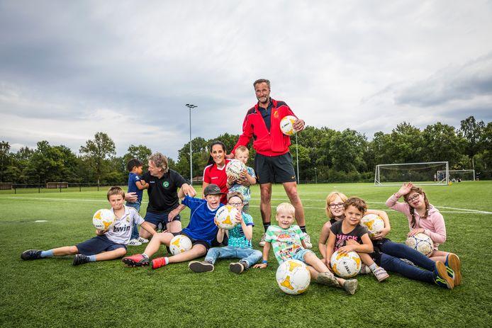 René Eijkelkamp staat achter zijn dochter Shyfra en hun G-Team van FC Dalfsen.