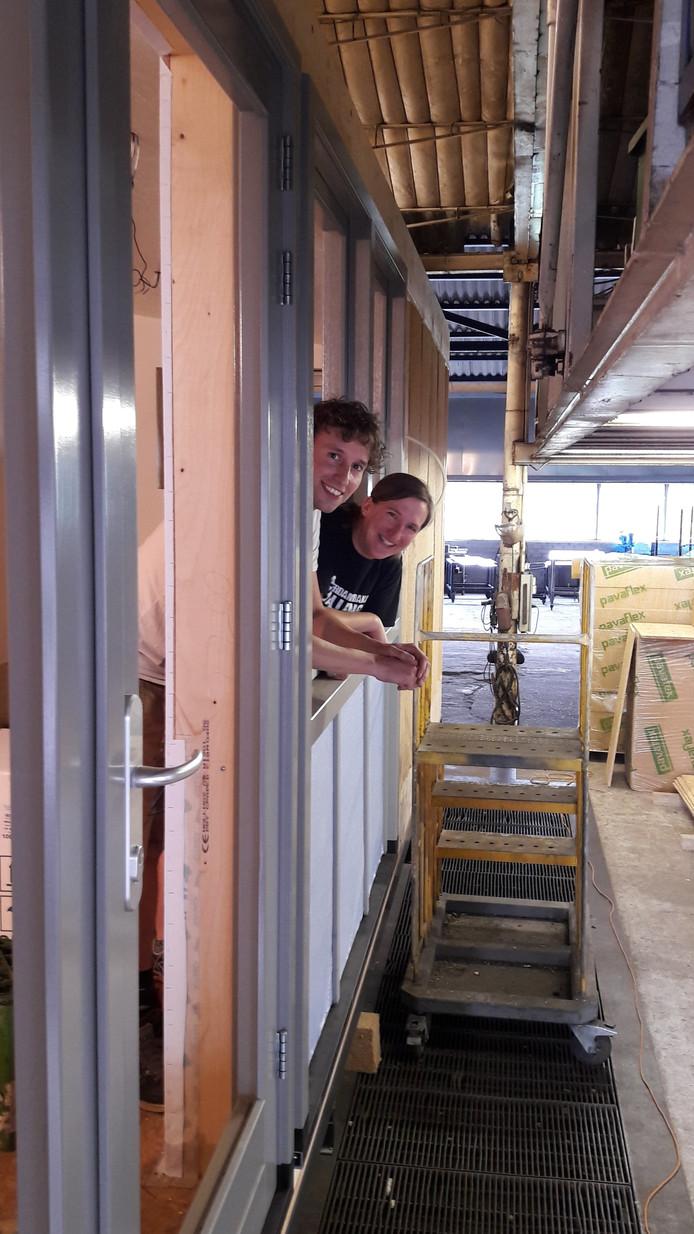 Het tiny house van Dion en Heleen is naar verwachting eind september klaar. Ze gebruiken waar mogelijk materiaal van de ecologische bouwmarkt. Een van de vier in Nederland, staat, hoe kan het anders in Rucphen: Johan Roozen.