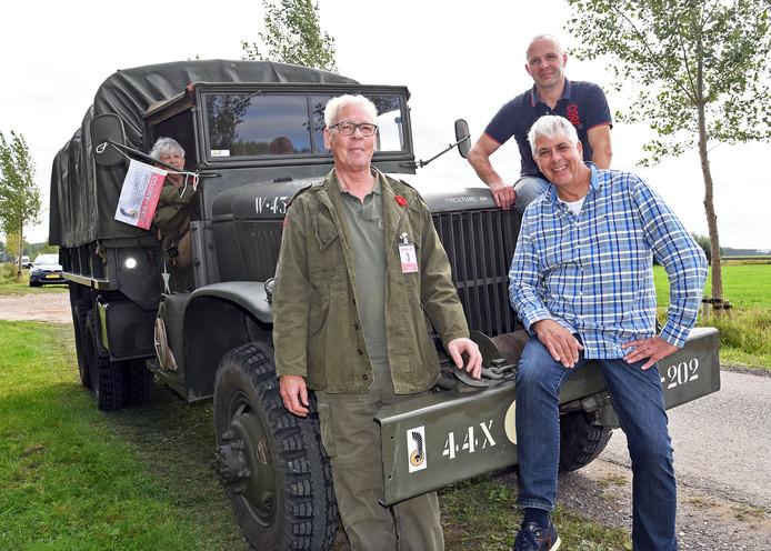 De vrijwilligers van het Gdynia-museum: Corrie (in het legervoertuig) en Wim Blankers, Wim Kooijman en Mario Maas (boven).