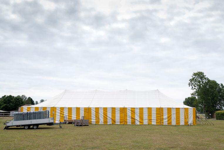 In deze tent zullen de Hulstse Pallieterfeesten dit weekend plaatsvinden.
