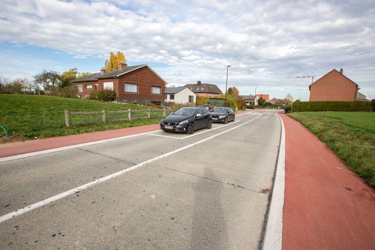 Parkeren waar de rijbaan verdeeld is in rijstroken is verboden. Bovendien moeten wagens hier over de volle lijn om de geparkeerde auto's te ontwijken.