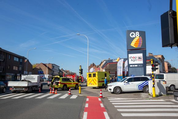 De hulpdiensten kwamen massaal ter plaatse, maar het slachtoffer overleed helaas aan haar verwondingen. Het 78-jarige slachtoffer stond naar verluidt aan het zebrapad te wachten toen de bestelwagen van het terrein van het tankstation bolde.