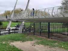 Hangplek bij Amaliabrug afgesloten met hekken