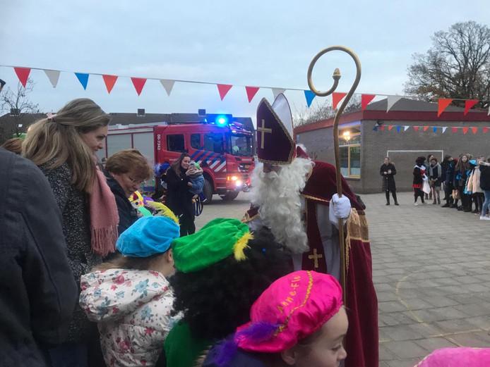 Bij de Ireneschool in Ermelo kwam de goedheiligman met de brandweerwagen aan.