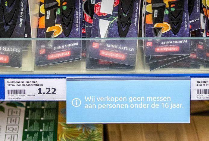 Messen in het schap bij een Action-filiaal met de waarschuwing dat deze niet verkocht worden aan personen onder de 16 jaar.