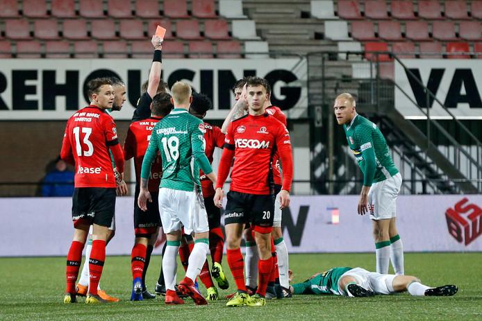 Ongeloof bij Koen Wesdorp, die tegen FC Dordrecht een directe rode kaart kreeg. Helmond Sport gaat in beroep.