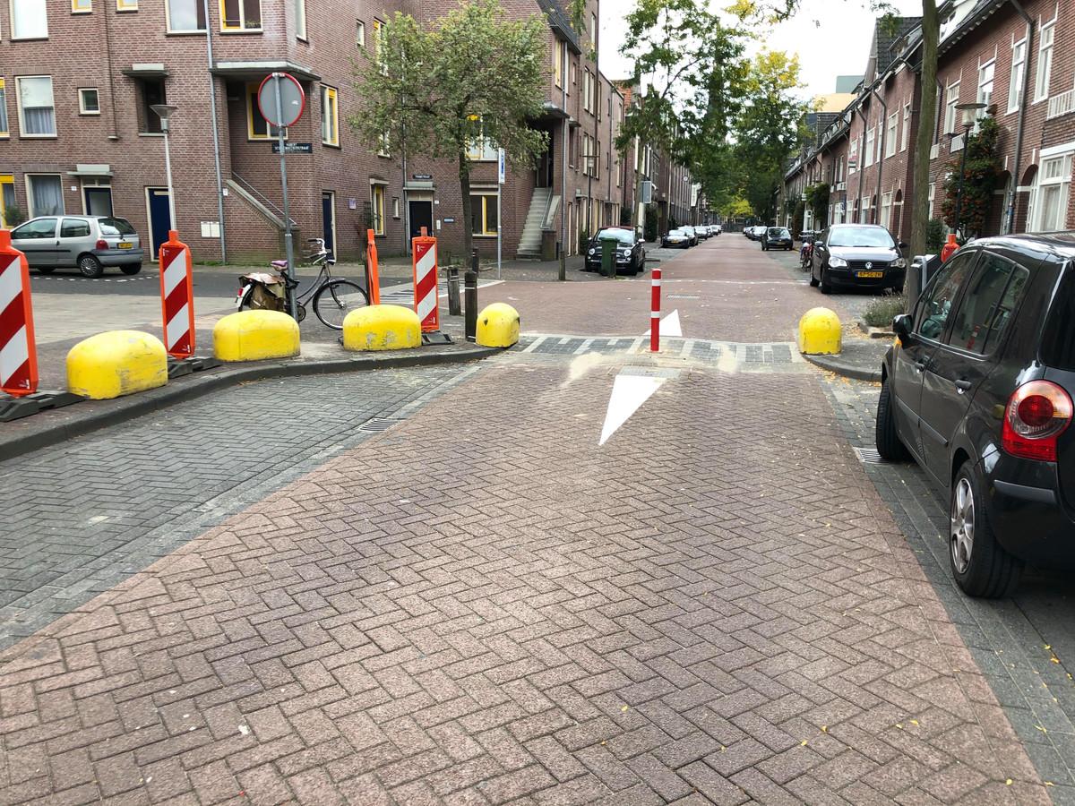 De afsluiting van de Tramstraat in Eindhoven: de paal wordt nog wel eens uit de grond getrokken. De gemeente bekijkt of een andere paal kan helpen.