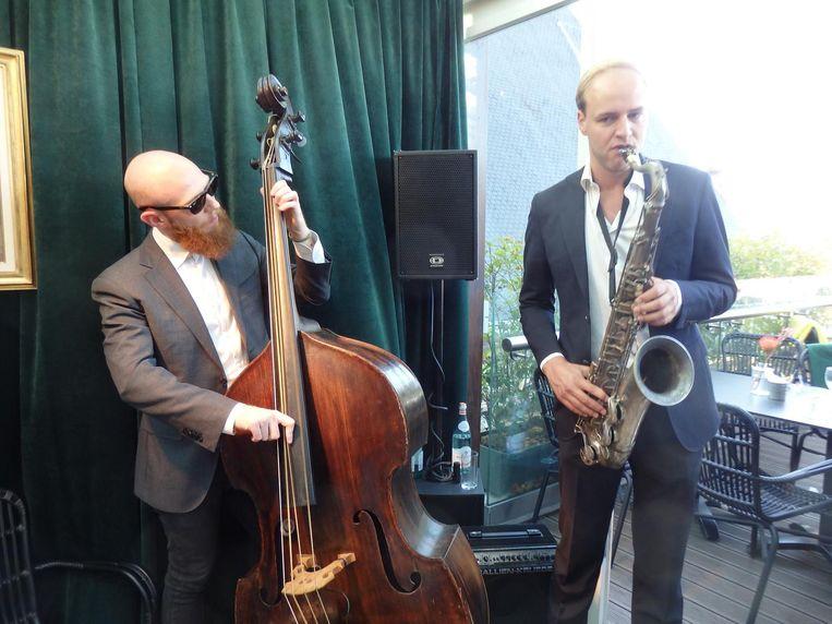 Hotelbarjazz in de Bijenkorf: Steven Zwanink en Floriaan Wempe. Uitstekende looks ook. Beeld Schuim