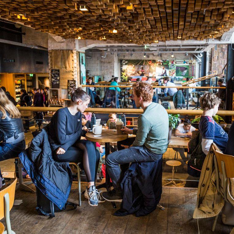 Starbucks op het Rembrandtplein Beeld Tammy van Nerum