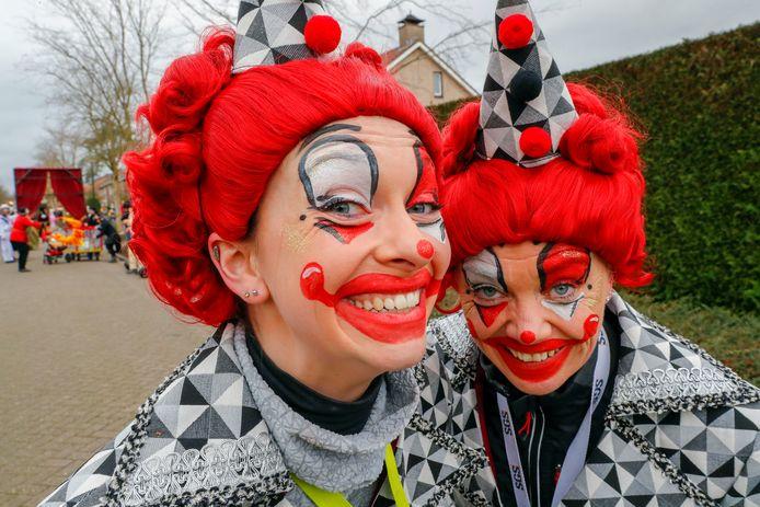 Vrolijke clowns in optocht Gerwen