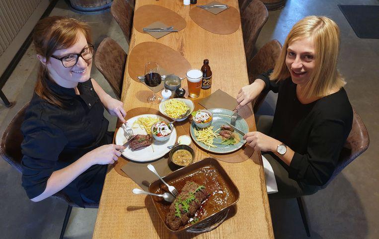 Zaakvoerster Maxime Van Opstal en Babette Tormans genieten samen van steak met streken.